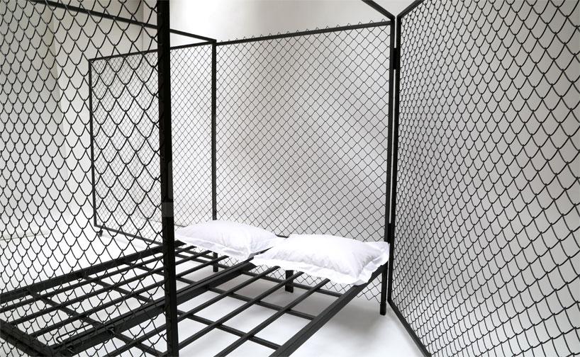 lit grillagé aux oreillers blancs de Dejana Kabiljo